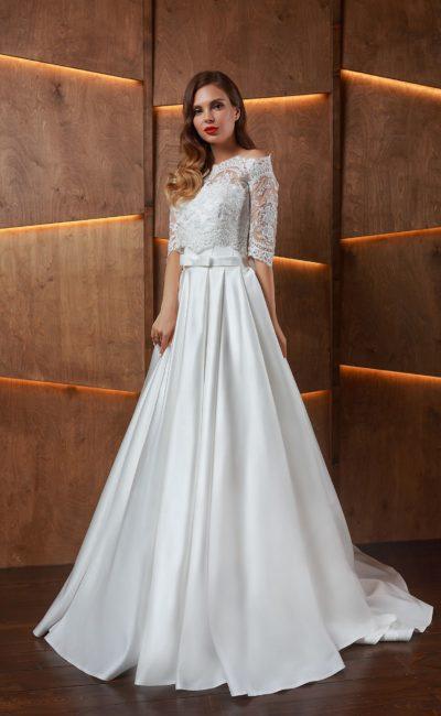 Свадебное платье со съемным кружевным верхом.