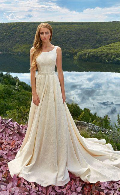 Лаконичное свадебное платье с вырезом лодочкой