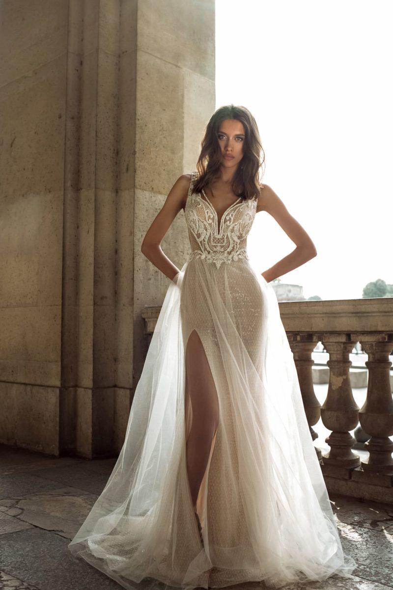Полупрозрачное свадебное платье прямого кроя