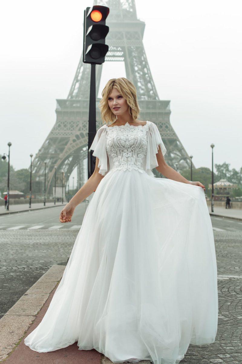 Пышное воздушное свадебное платье со сдержанным декором