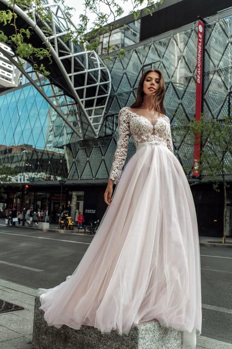 Пышное свадебное платье с ажурным лифом цвета айвори