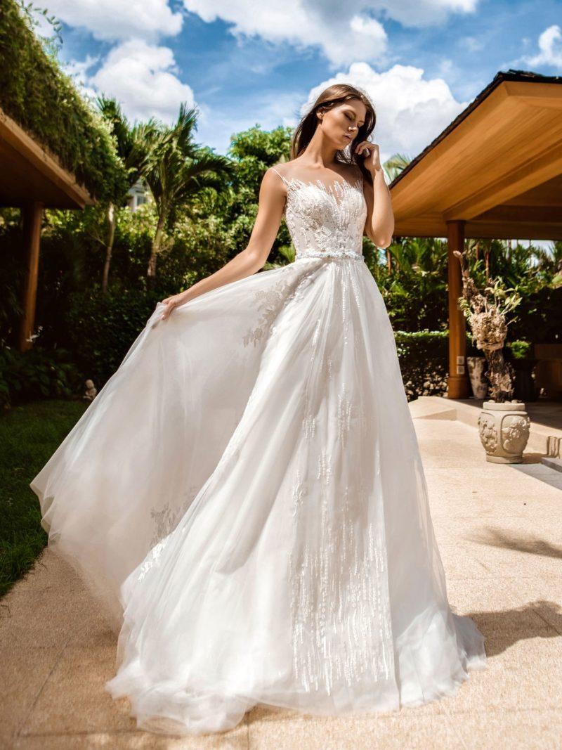 Свадебное платье с пышной юбкой, уходящей в шлейф