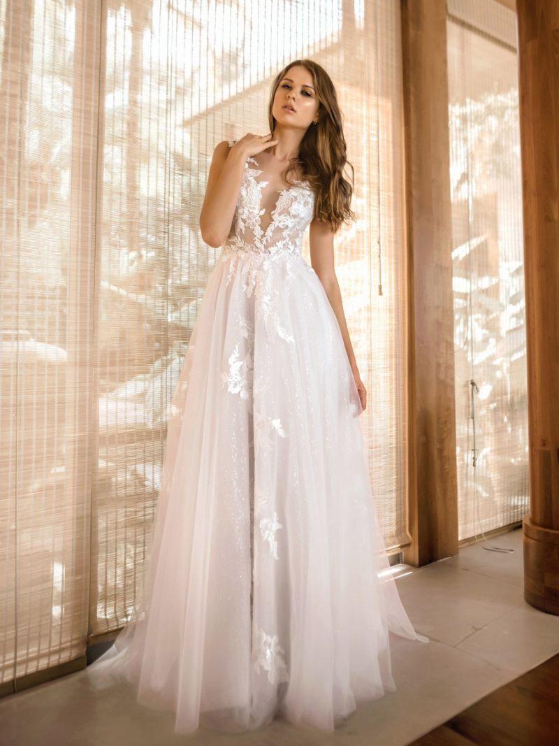 Пышное свадебное платье из мерцающего фатина с декором