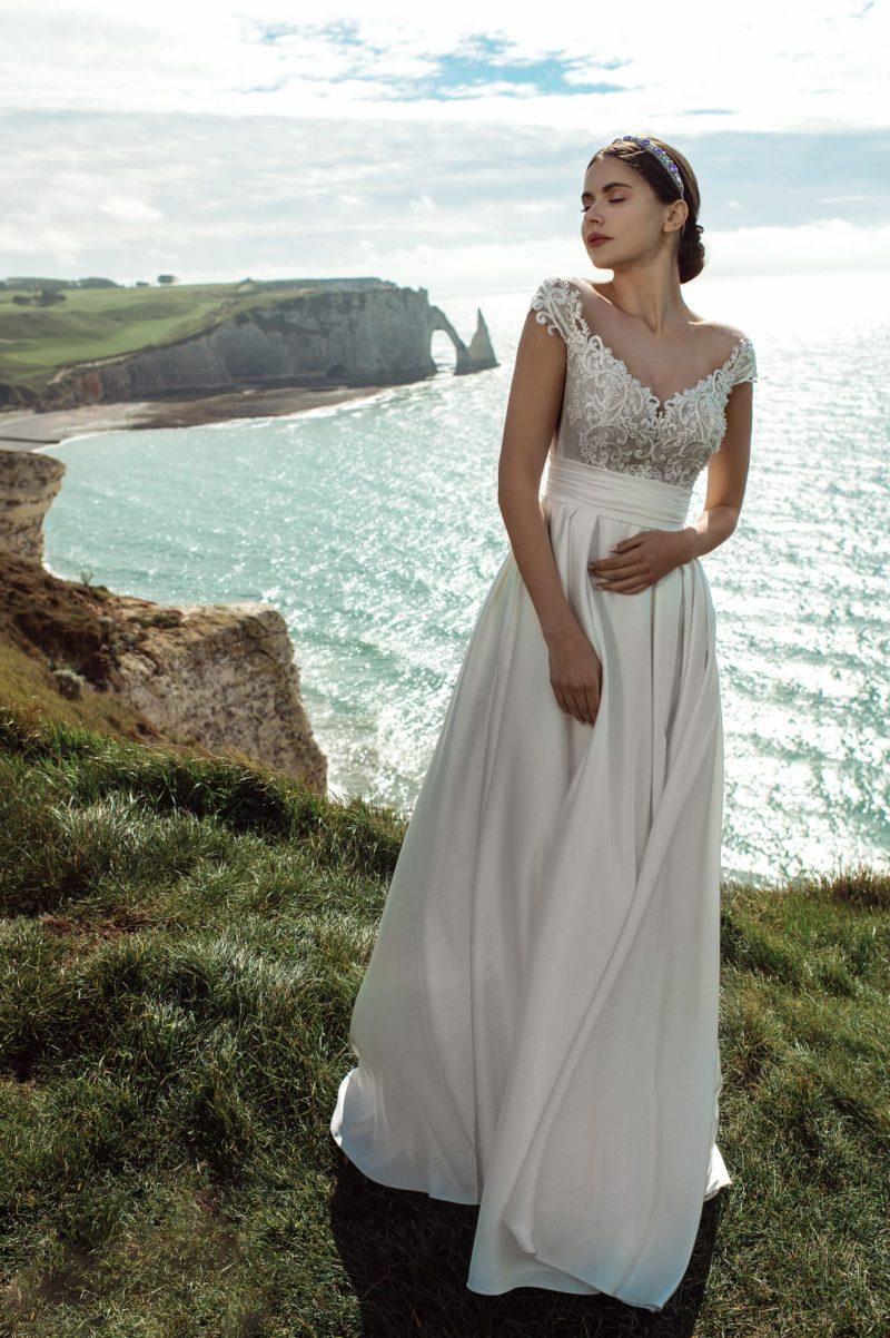 Свадебное платье из атласа жемчужного оттенка