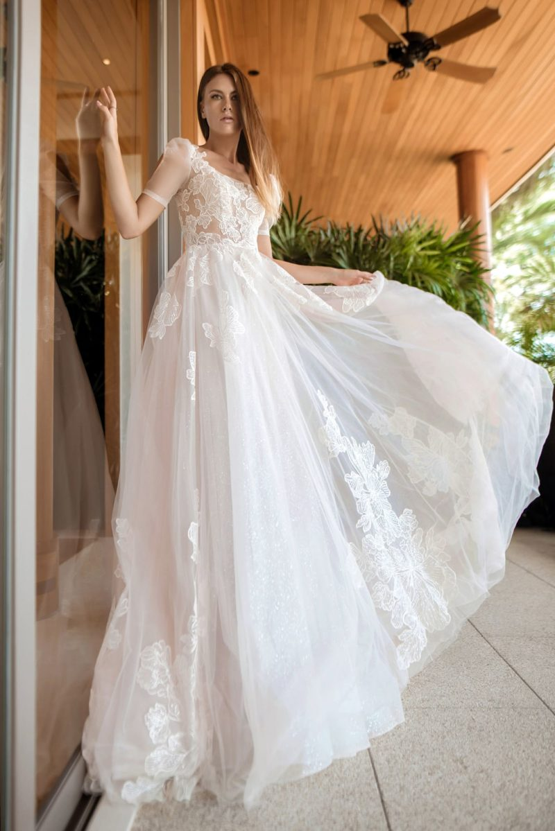 Свадебное платье из легкого мерцающего фатина