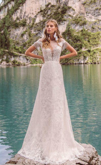 Изысканное свадебное платье с прямым силуэтом