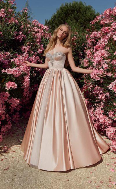 красивое свадебное платье из цветного атласа