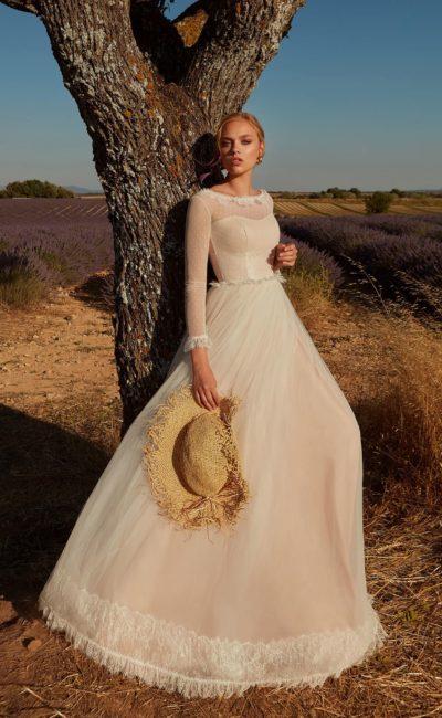 Нежно-розовое свадебное платье с закрытым верхом