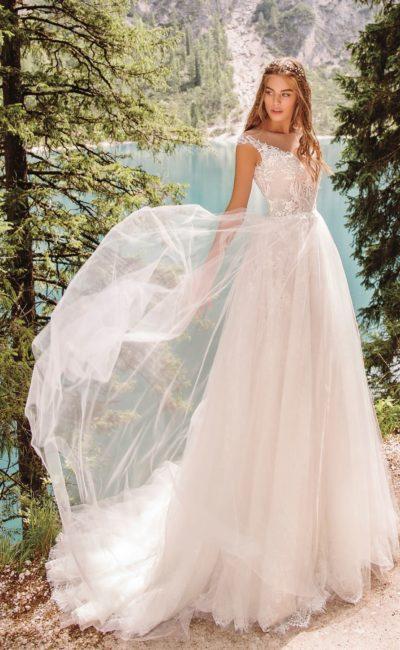 Пудровое свадебное платье с пышной юбкой и шлейфом
