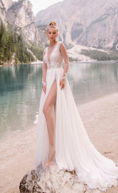 Оригинальное свадебное платье с разрезом