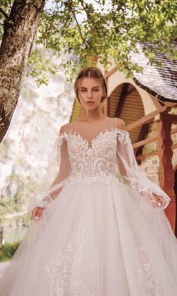 Пышное платье с прозрачным рукавом