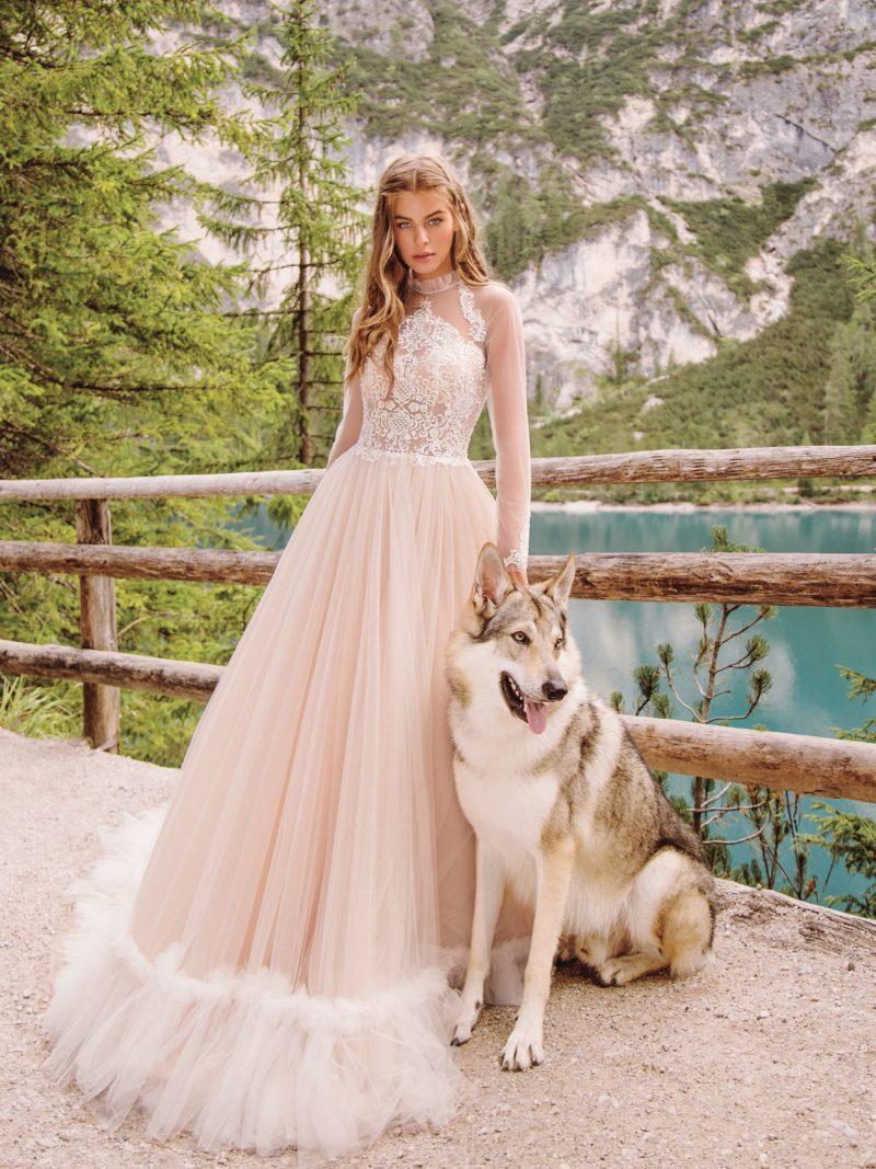 Свадебное платье в нежно-розовом оттенке с закрытым верхом
