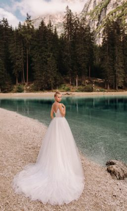 Свадебное платье с V-вырезом