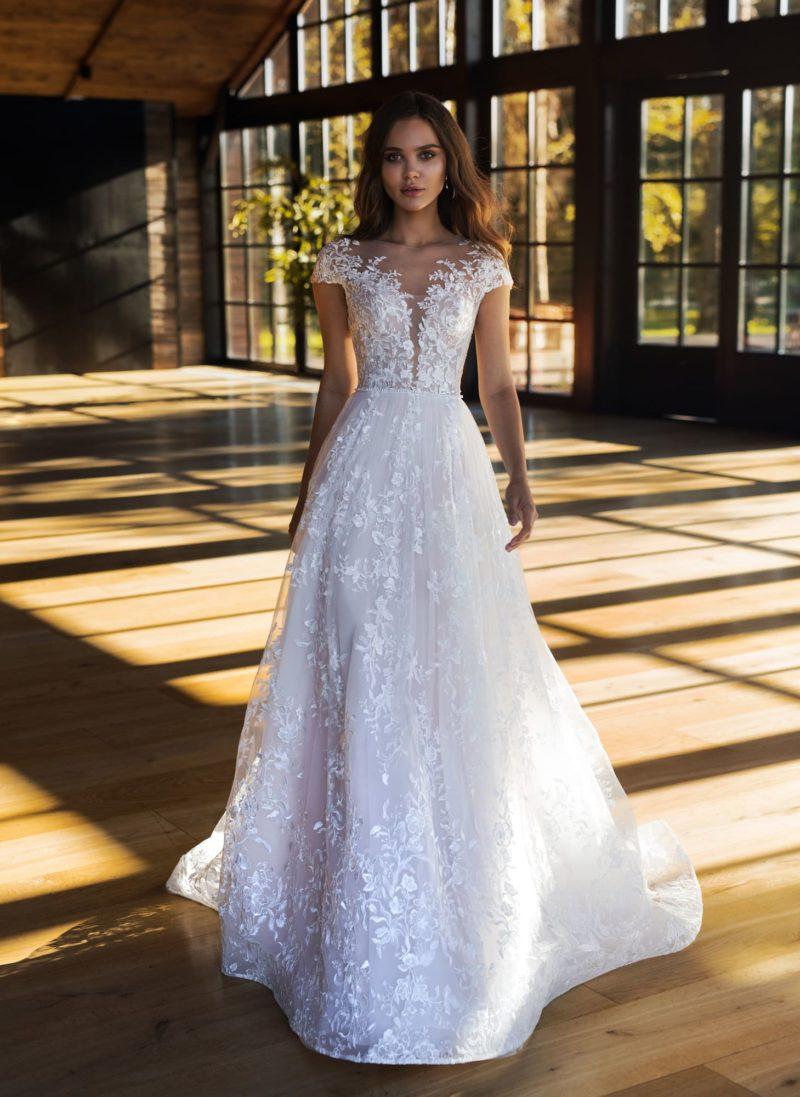Белоснежное свадебное платье с ажурным декольте