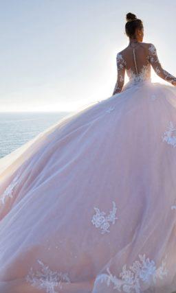 Платье А-силуэта с пастельно-розовой пышной юбкой