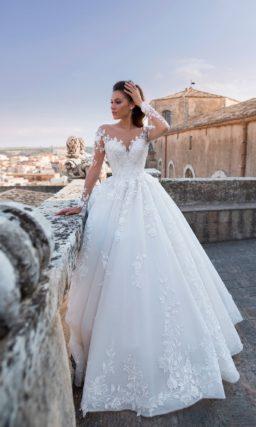 Торжественное платье из белоснежной мерцающей ткани