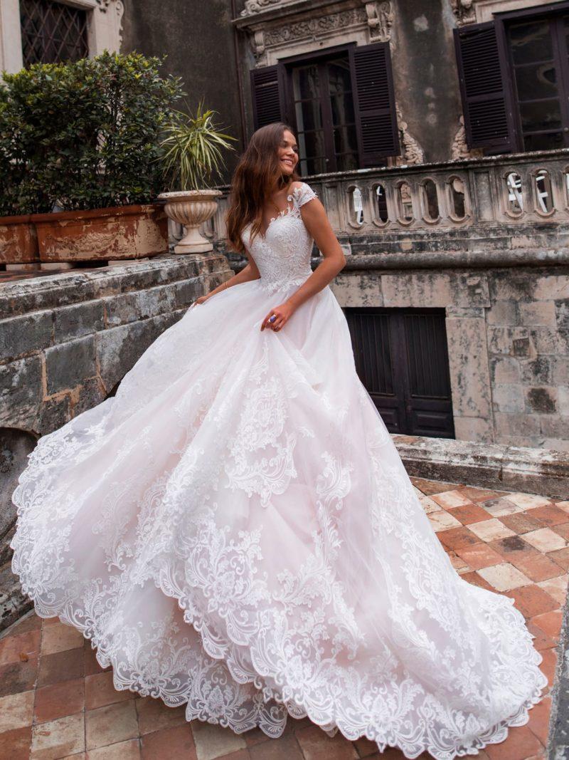 Платье А-силуэта, декорированное кружевом