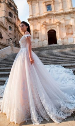Платье с пышной юбкой и длинным кружевным шлейфом