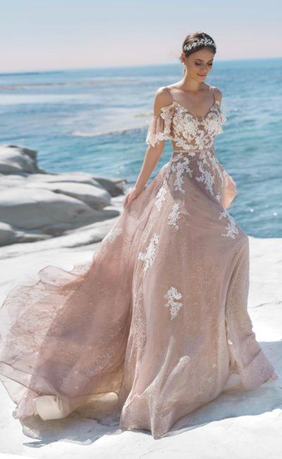 платье: Приталенный силуэт с легкой юбкой