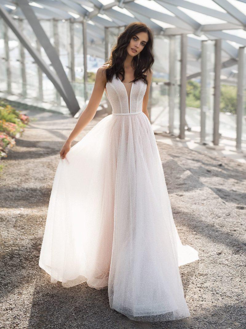 Женственное свадебное платье с глубоким узким декольте