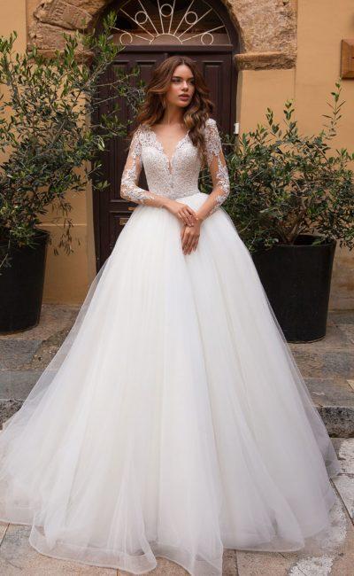 Пышное платье с рукавами