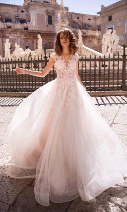 Пудровое свадебное платье с впечатляющим корсетом