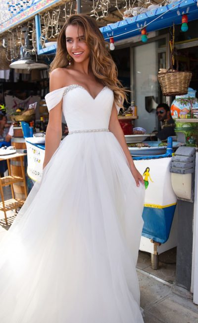 Прелестное свадебное платье с портретным декольте