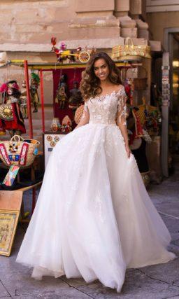 Красивое свадебное платье, дополненное длинным рукавом