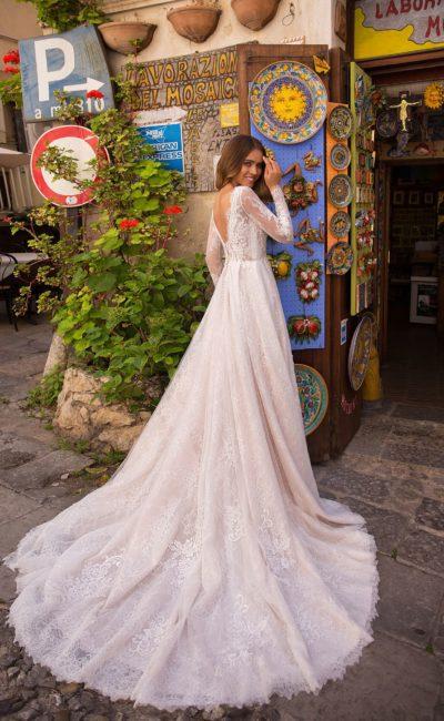 свадебное платье с длинным рукавом и закрытым кружевным верхом