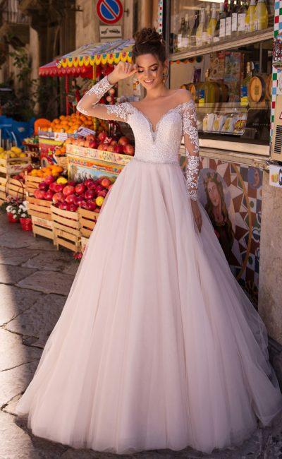 свадебное платье со шлейфом изысканного оттенка пудра