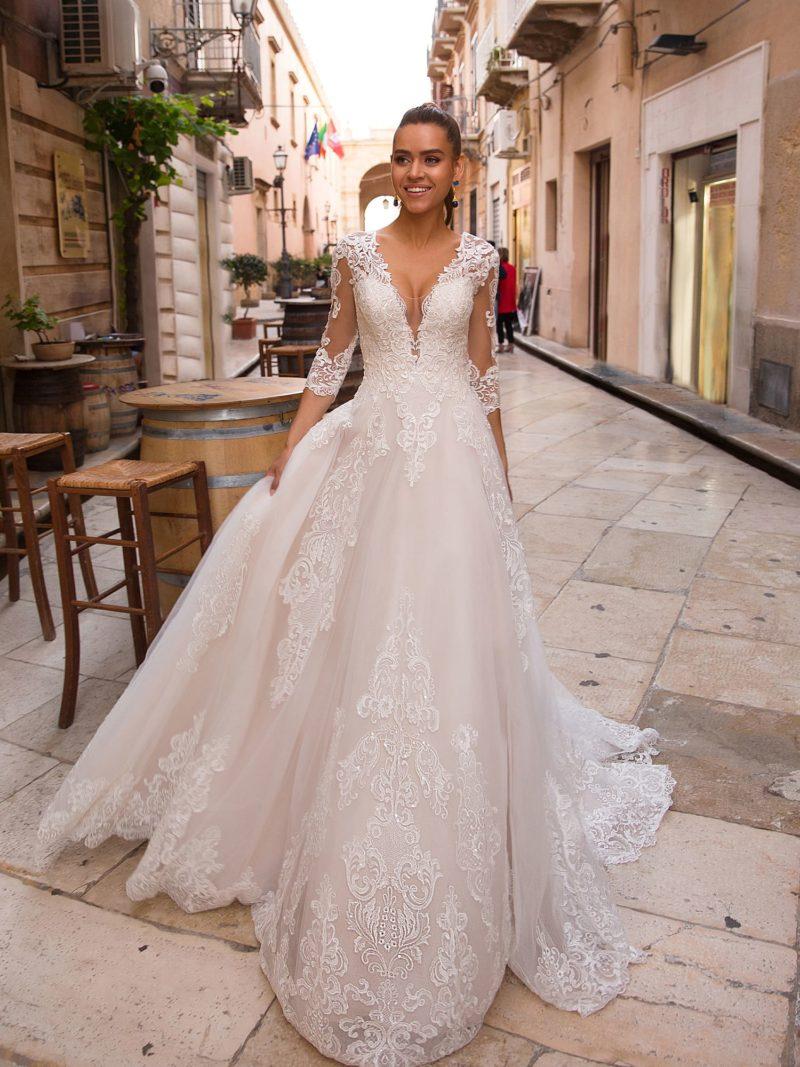 Прекрасное свадебное платье с актуальным приталенным силуэтом