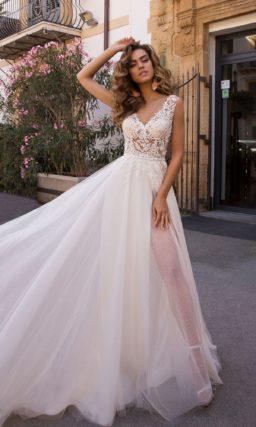 свадебное платье  с глубоким V-образным декольте