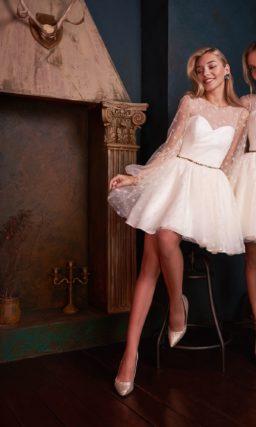 Короткое вечернее платье светлого кремового оттенка