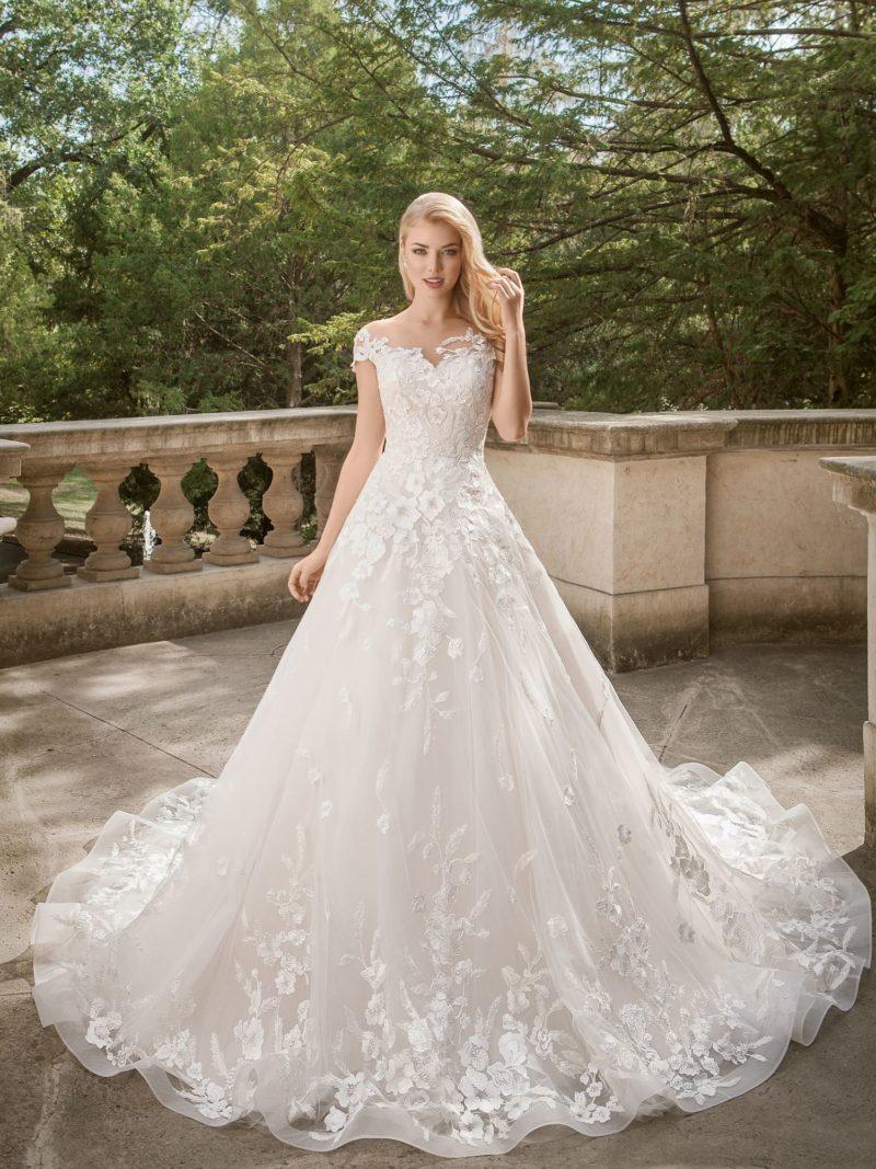 Очаровательное свадебное платье, декорированное аппликациями