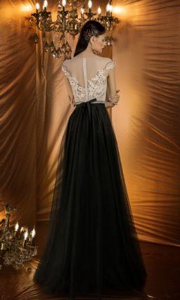 Вечернее платье с закрытым верхом цвета айвори