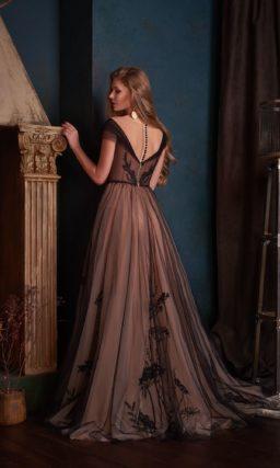 Длинное вечернее платье в стиле nude