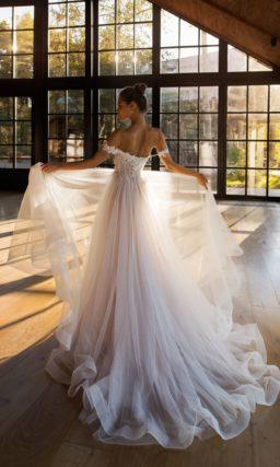 Свадебное платье с воздушным шлейфом