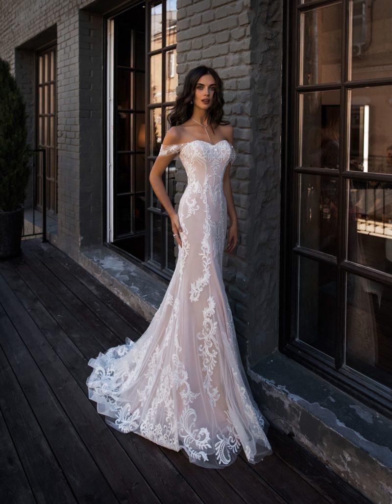 Изысканное свадебное платье с портретным декольте