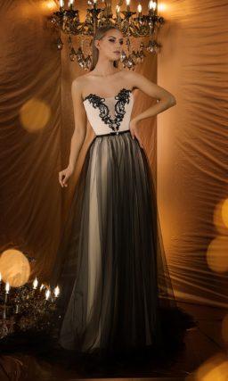 Изысканное вечернее платье с портретным декольте