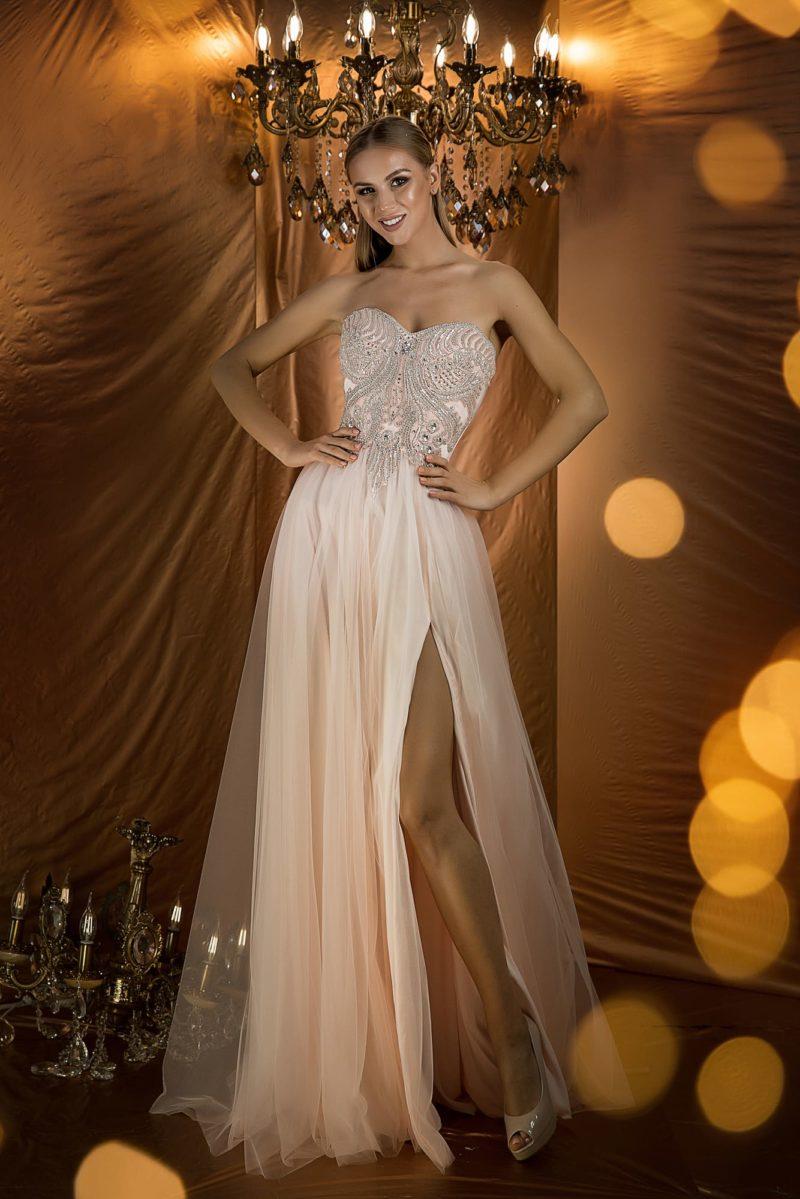 Богатое вечернее платье с открытым верхом