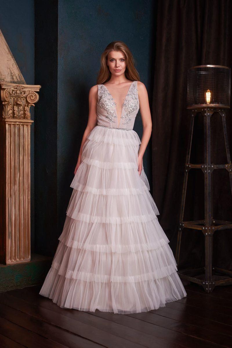 Стильное длинное вечернее платье светло-серого оттенка