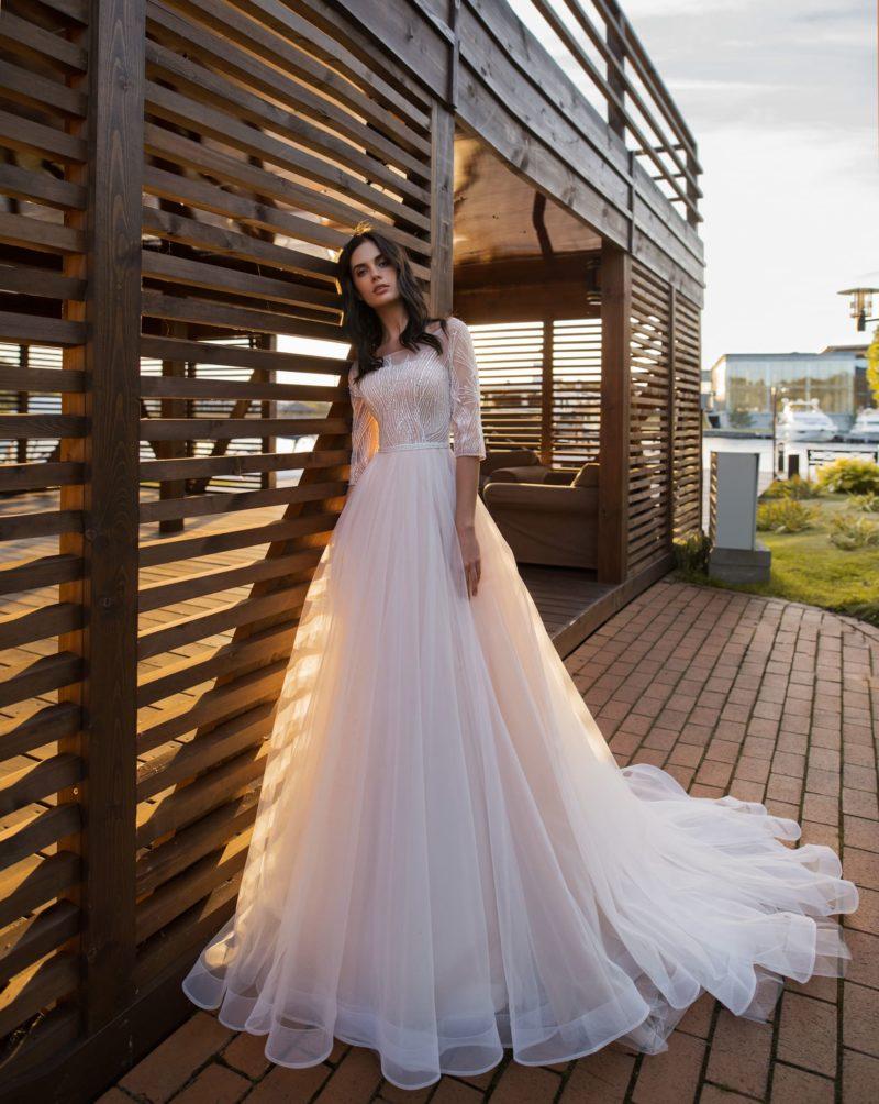 Эффектное свадебное платье с приталенным силуэтом
