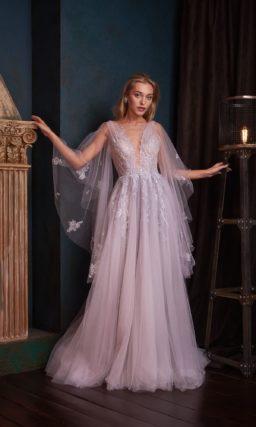 Длинное вечернее платье с необычными рукавами