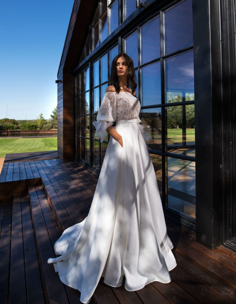 свадебное платье с приталенным силуэтом и шлейфом