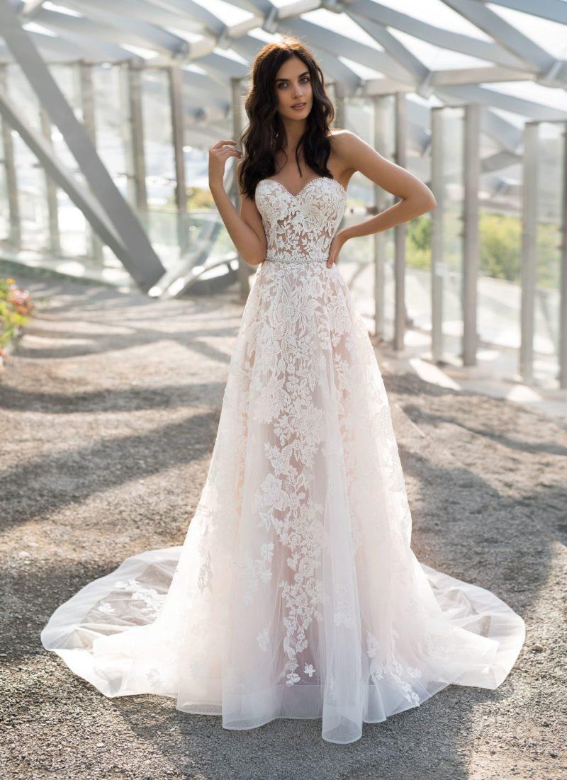 Кружевное свадебное платье со шлейфом и открытым верхом