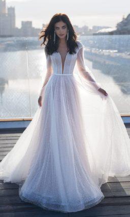 свадебное платье с длинным объемным рукавом и глубоким вырезом