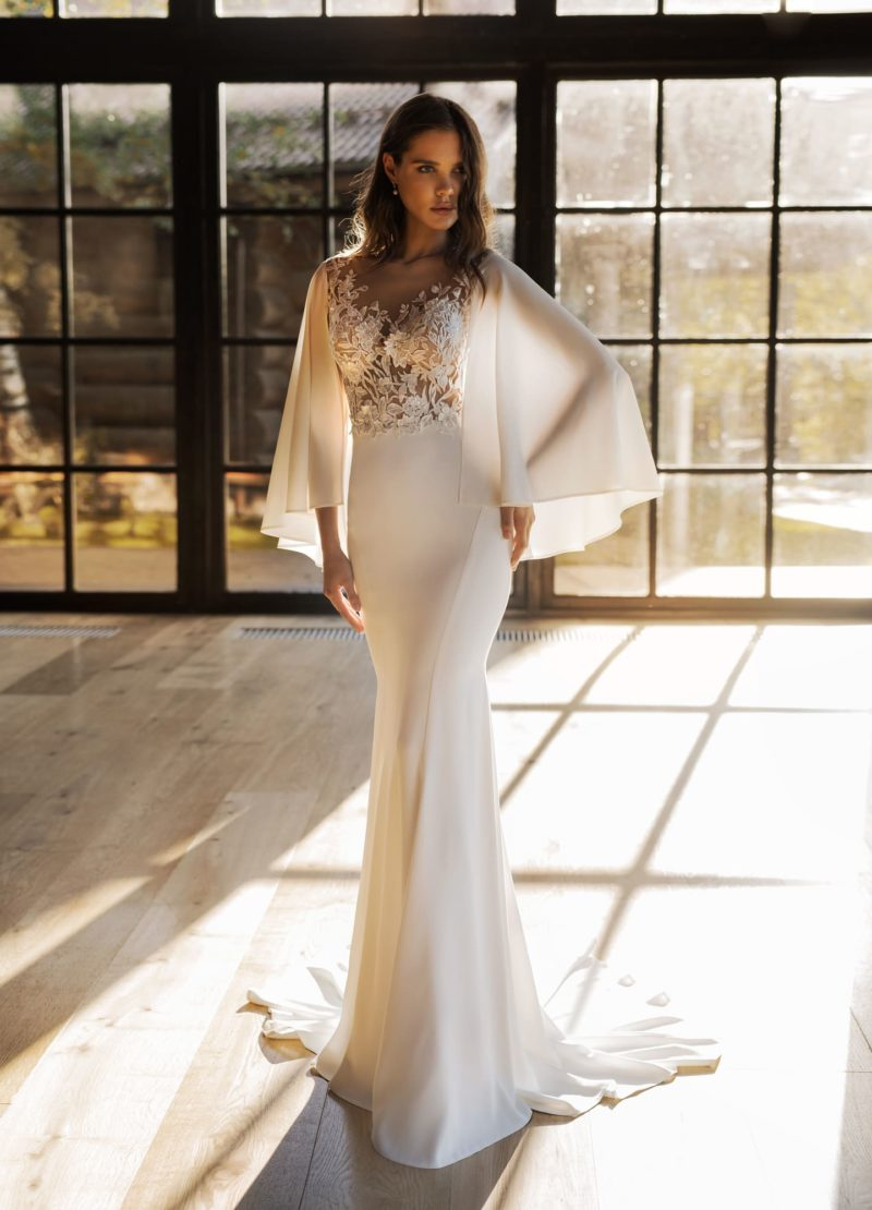 свадебное платье из шифона молочного оттенка.