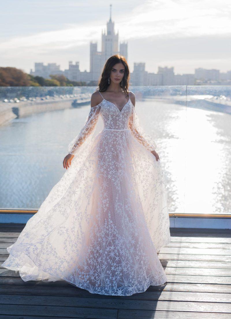 свадебное платье с открытыми плечиками и длинными объемными рукавами