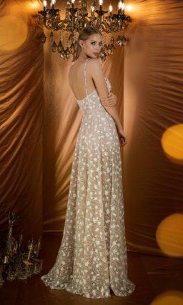 Женственное вечернее платье светло-бежевого оттенка