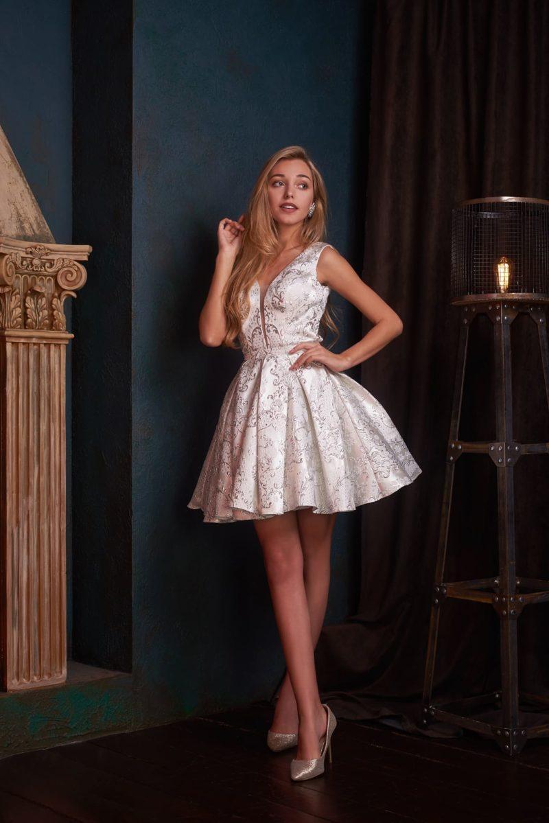 Пышное короткое вечернее платье молочного оттенка